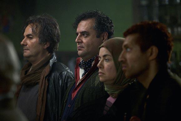 علی عمرانی، مهتاب نصیرپور، هومن برق نورد و اشکان خطیبی در نمایی از فیلم