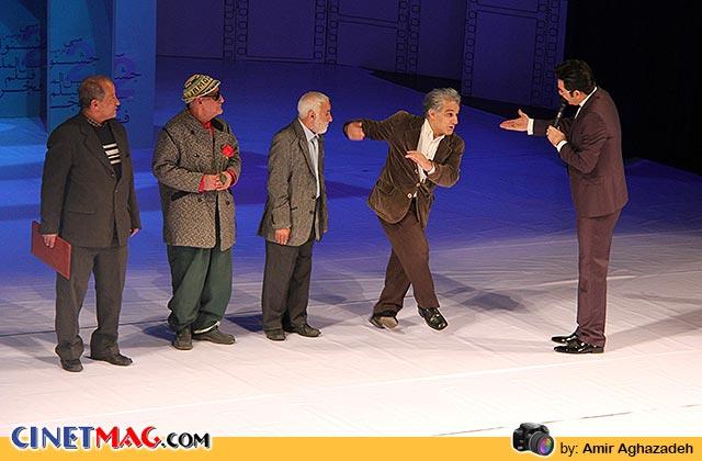 محمد لالی (محمد ذوالفقاری)، چیچو (شمس الدین دولتشاهی) و غلام ژاپنی (غلام حسین میرزایی) برای مراسم بزرگداشت مهدی هاشمی روی سن آمدند
