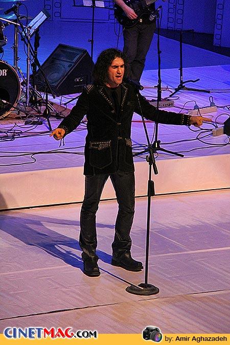 اجرای زنده رضا یزدانی در مراسم افتتاحیه سی و دومین جشنواره فیلم فجر