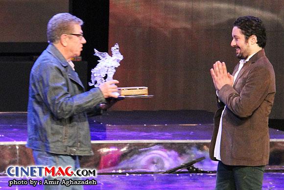 هومن بهمنش در حال دریافت جایزه بهترین فیلم برداری - مراسم اختتامیه سی و یکمین جشنواره فیلم فجر - سالن همایش های برج میلاد - 22 بهمن 91