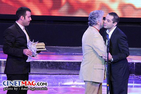 سام قریبیان در حال دریافت جایزه رامبد جوان (بهترین بازیگر مکمل مرد) - مراسم اختتامیه سی و یکمین جشنواره فیلم فجر - سالن همایش های برج میلاد - 22 بهمن 91