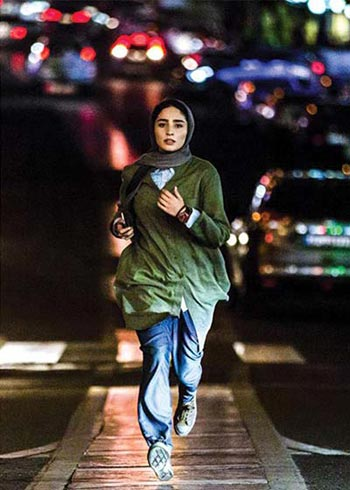 سها نیاستی در نمایی از فیلم «سال دوم دانشکده من»