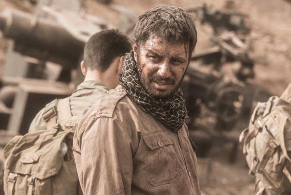 جواد عزتی در نمایی از فیلم «تنگه ابوقریب»