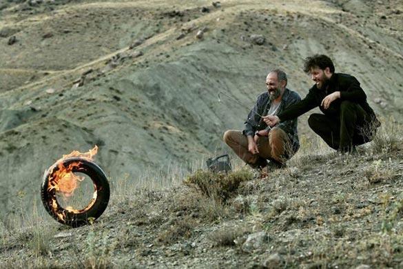 جواد عزتی و هادی حجازی فر در نمایی از فیلم سینمایی «آتابای» ساخته نیکی کریمی