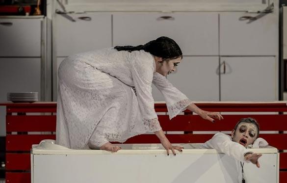 صابر ابر و پانته آ پناهی ها در نمایی از تئاتر