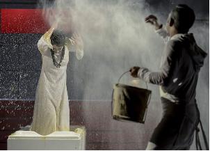 صابر ابر و پانته آ پناهی ها در نمایی از تئاتر کالیگولا