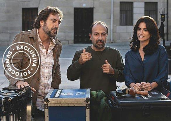 پنه لوپه کروز، اصغر فرهادی و خاویر باردم در پشت صحنه فیلم اسپانیایی