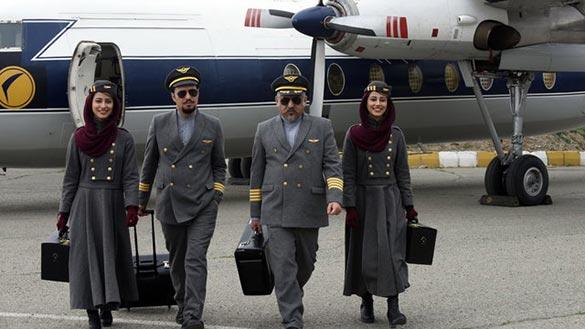 مانی حقیقی و جواد عزتی در نمایی از فیلم سینمایی «ما همه با هم هستیم»
