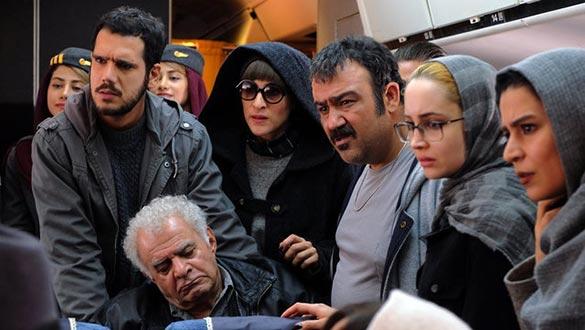 مهران غفوریان، ویشکا آسایش، سیروس گرجستانی و بهزاد قدیانلو در نمایی از فیلم سینمایی «ما همه با هم هستیم»
