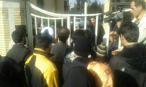 معترضین جلوی سینما بهمن کاشان